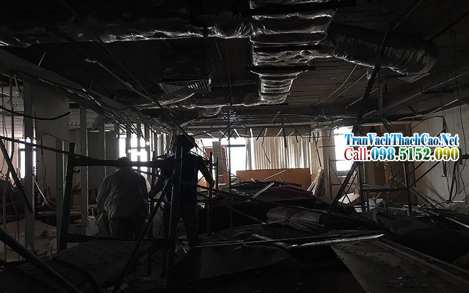 Tháo dỡ trần thạch cao tại Văn Phòng